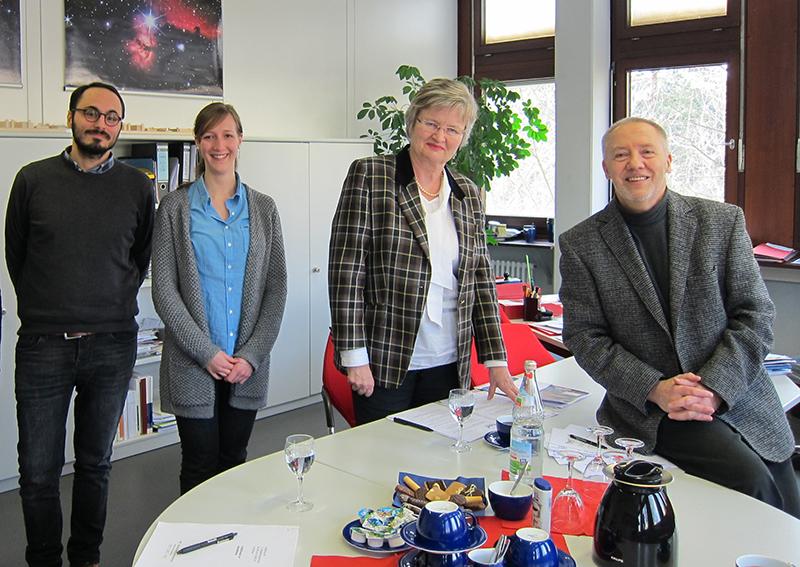Die beiden Forscher mit der Projektleitung Prof. Dr. Juliane Besters-Dilger (Prorektorin für Studium und Lehre der Univ.) und Prof. Dr. Ulrich Druwe (Rektor der PH)