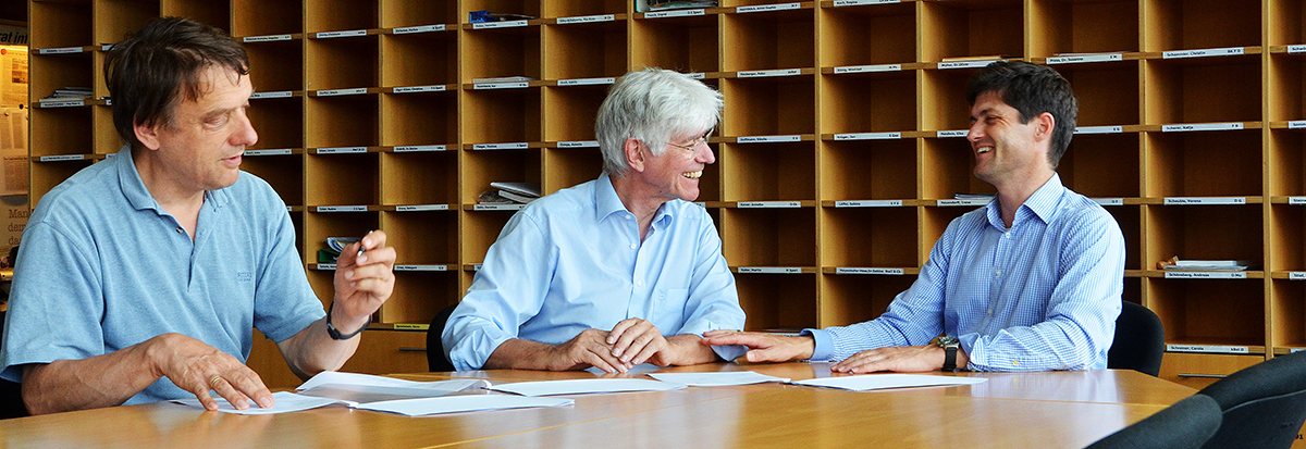 Prof. Dr. Wolfgang Hochbruck, Direktor Eberhard Schad & Prof. Dr. Lars Holzäpfel bei der Vertragsunterzeichnung