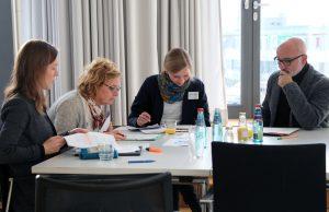 Teilnehmende des Gesamtprojekttreffens bei der Gruppenarbeit
