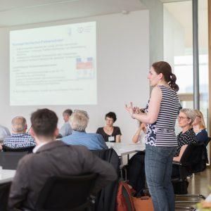Ulrike Dreher (Praxiskolleg) bei der Präsentation der Konzepte