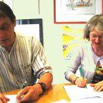 Prof. Dr. Wolfgang Hochbruck und OStD'in Veronika Kaiser bei der Unterzeichnung des Letters of Intent