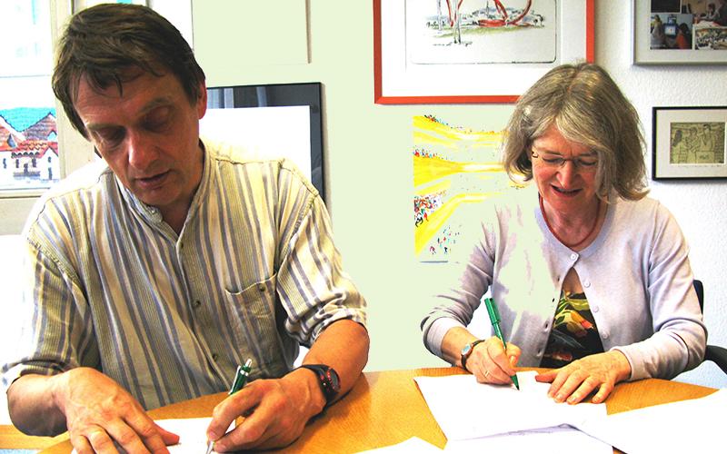 Schulleiterin Veronika Kaiser (re) mit Prof. Dr. Wolfgang Hochbruck (li) vom Leitungstandem des Praxiskollegs