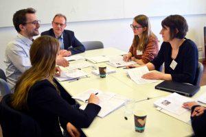 Lukas Schmitt (Theologie, Mitarbeiter der Maßnahme Lehrkohärenz) beim Austausch mit KollegInnen der Qualitätsoffensive Lehrerbildung