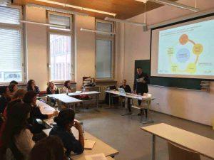 Prof. Dr. Kuster (Pädagogische Hochschule St. Gallen) und Frau Prof. Dr. Mirjam Egli Cuenat (Fachhochschule Nordwestschweiz) stellen Handlungsfelder der Sprachkompetenzprofile vor.