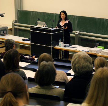 """Jun.-Prof. Dr. Katja Scharenberg: Macht die Klasse einen Unterschied? – Effekte sozialer, kultureller und leistungsbezogener Heterogenität. Ein Vortrag der Ringvorlesung """"Lehr- und Lernperspektiven"""" des Wintersemesters 2017/18"""