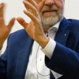 """Prof. Fritz Oser während seines Vortrages """"Aus Fehlern (nicht) lernen - Über die Funktion des Falschen und die Fehlerkultur in der Schule"""". Dieser Vortrag wurdeim Rahmen der Ringvorlesung """"Lehr- und Lernperspektiven"""" im Wintersemester 2017/2018 gehalten"""