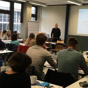 """Referent Andreas Müller und Teilnehmende bei der Fortbildung """"Pädagogische Souveränität - Umgang mit herausfordernden Unterrichtssituationen"""""""