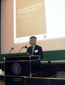 """Prof. Dr. Hans Anand Pant bei seinem Vortrag """"Lehrkräftekooperation - Anspruch und Wirklichkeit"""". Dieser Vortrag wurde im Rahmen der Ringvorlesung """"Lehr- und Lernperspektiven"""" des Wintersemesters 2017/2018 gehalten"""