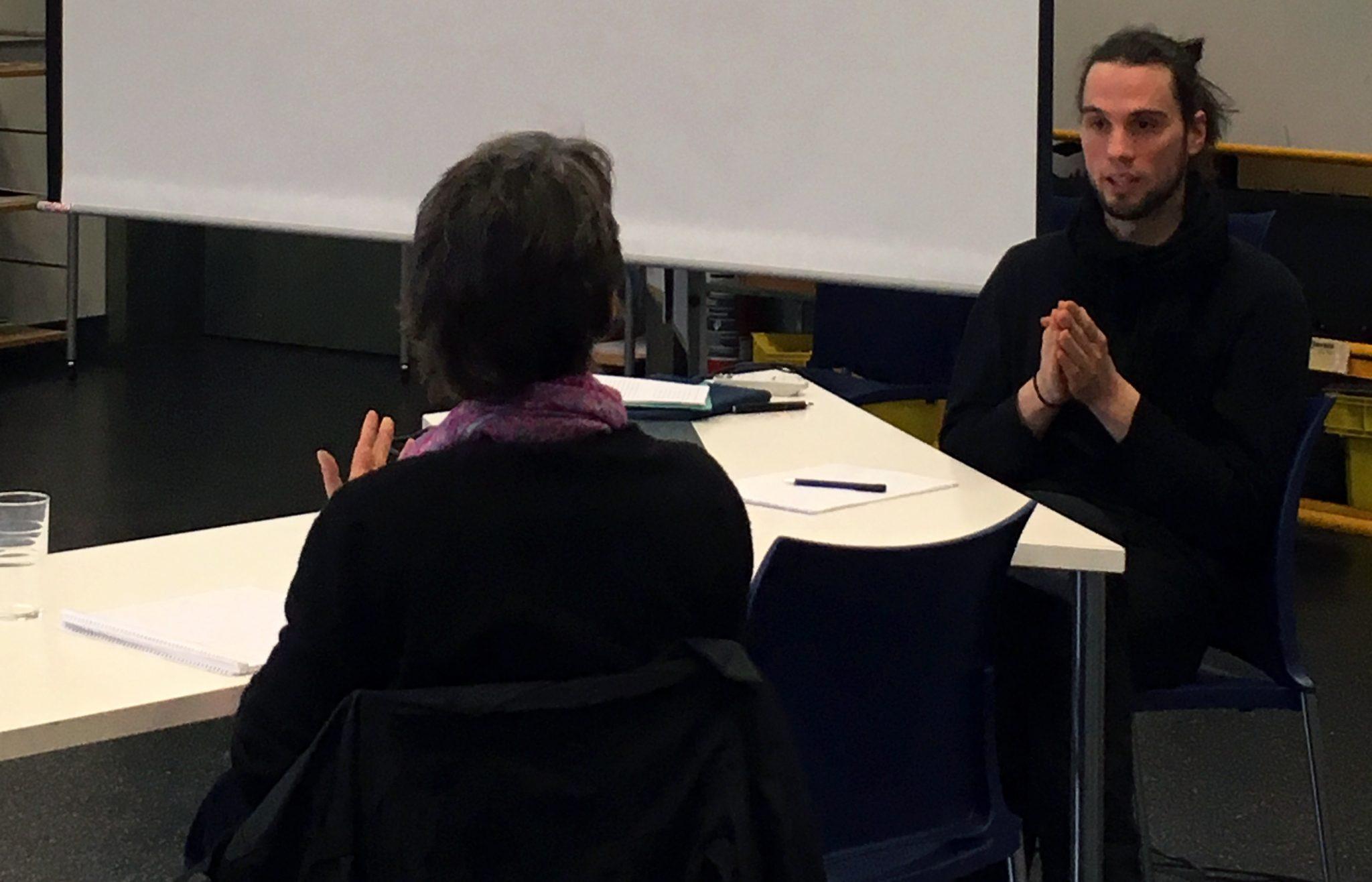 """Thorsten Merl von der Universität zu Köln im Gespräch zur gemeinsamen Materialdiskussion mit einer Teilnehmerin der Forschungswerkstatt """"Rekonstruktive Inklusions- und Differenzforschung"""""""