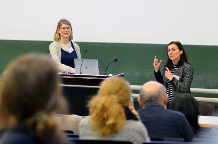Jun.-Prof. Lena Wessel und Prof. Kalkavan-Aydin während ihres Vortrages im Zuge der Ringvorlesung des Praxiskollegs