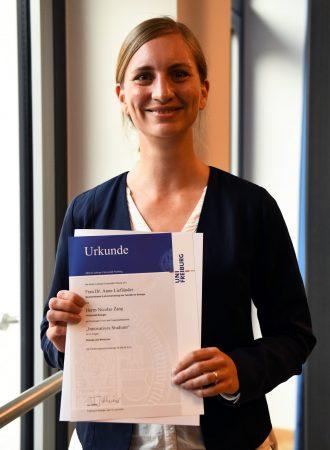 Dr. Anne Liefländer mit der Urkunde für den Innovationspreis Lehre