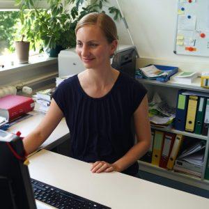 Dr. Anne Liefländer am Schreibtisch