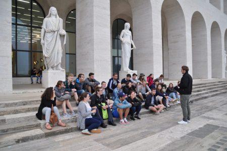 Studierende in dem römischen Stadtteil EUR
