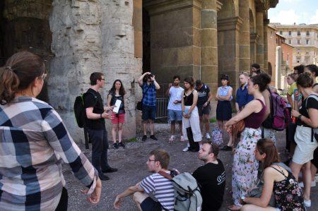 Studierende beim Testen einer von ihnen erstellten Future History Tour am Marcellustheater