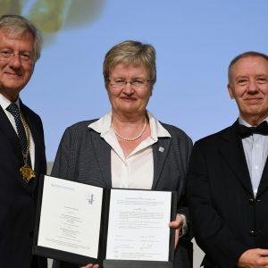 Hans-Jochen Schiewer, Juliane Besters-Dilger und Ulrich Druwe mit der unterschriebenen Kooperationsvereinbarung zur Gründung der School of Eudcation