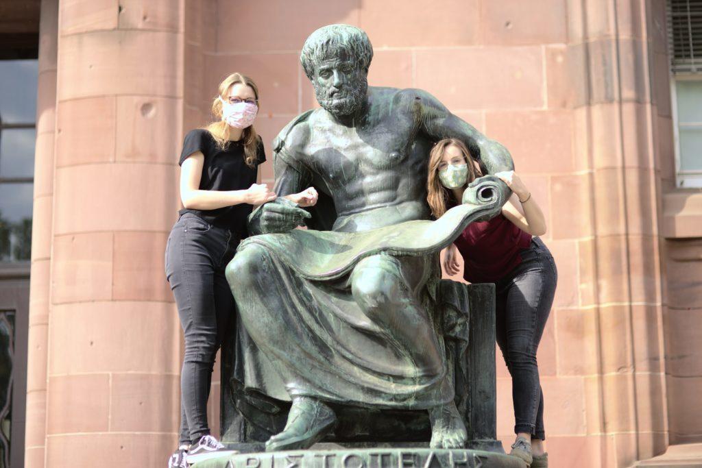 Lehramtsreferat Referentinnen Bayer und Bergmann mit Aristoteles-Statue, Foto: Ludwig Striet