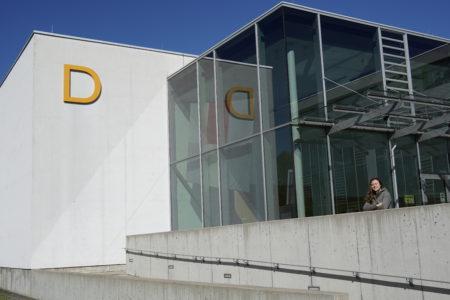 Sophie vor dem D-Gebäude, der Medienfakultät der Hochschule Offenburg