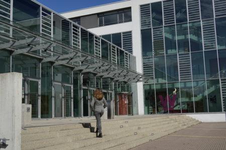 Sophie vor der Medienfakultät auf dem Campus der Hochschule Offenburg