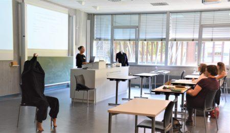 """Tanzwissenschaftlerin Dr. Jutta Krauß (Pädagogische Hochschule Freiburg) mit der Tänzerin Julia Galas während der """"Lecture-Performance: Bewegungsbilder zwischen Körper und Kostüm"""""""
