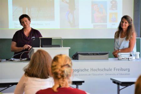 """Dr. Melanie Haller (Universität Paderborn) und Prof. Dr. Anne-Marie Grundmeier (Pädagogische Hochschule Freiburg) bei der Eröffnung der Tagung """"Kleidung in Bewegung"""""""