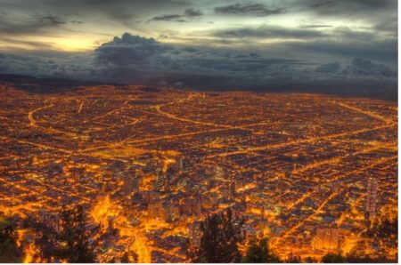 Blick auf die abendliche Stadt von Monserrate aus