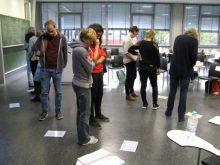 Bilder 2-4: Aktivitätsphasen im Austausch zu Standpunkten, auf dem heißen Stuhl und Reflexion